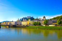 Bella vista dell'orizzonte di Salisburgo con il fiume di estate, Salisburgo, Austria di Festung Hohensalzburg e di Salzach Immagini Stock Libere da Diritti