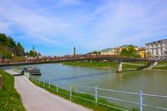 Bella vista dell'orizzonte di Salisburgo con il fiume di estate, Salisburgo, Austria di Festung Hohensalzburg e di Salzach Fotografie Stock