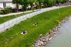 Bella vista dell'orizzonte di Salisburgo con il fiume di estate, Salisburgo, Austria di Festung Hohensalzburg e di Salzach Fotografia Stock Libera da Diritti