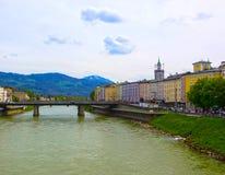 Bella vista dell'orizzonte di Salisburgo con il fiume di estate, Salisburgo, Austria di Salzach Fotografie Stock