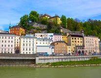 Bella vista dell'orizzonte di Salisburgo con il fiume di estate, Salisburgo, Austria di Salzach Fotografia Stock Libera da Diritti