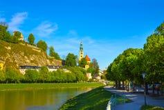 Bella vista dell'orizzonte di Salisburgo con il fiume di estate, Salisburgo di Festung Hohensalzburg e di Salzach Immagine Stock