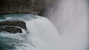 Bella vista della cascata di Gullfoss in Islanda Il flusso turbolento dell'acqua con schiuma, spruzza e nebbia Immagine Stock