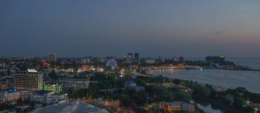 Bella vista della città costiera Anapa con il fiume che sfocia nel mare sul tramonto immagine stock libera da diritti