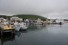 Bella vista della città storica di Husavik con le case variopinte tradizionali e le barche tradizionali del pescatore fotografia stock libera da diritti