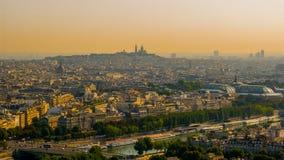 Bella vista della collina di Montmartre, la basilica di Coeur del sacré, le zone centrali di Parigi con la torre Eiffel fotografia stock libera da diritti