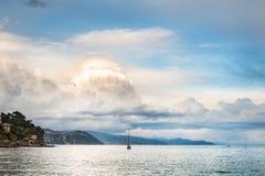 Bella vista della costa e delle nuvole di mare al tramonto fotografia stock