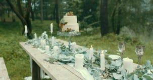 Bella vista della decorazione romantica della data della tavola È coperto di candele del fulmine, di leves, di fiori e di due sap video d archivio