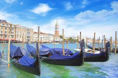 Bella vista della gondola e del campanile di Campanella nella laguna veneziana, Venezia, Italia fotografia stock