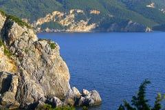 Bella vista della linea della costa dal monastero di vergine Maria in Paleokastritsa, Corfù, Grecia fotografie stock