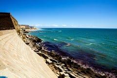 Bella vista della linea costiera a Cadice al da pieno di sole Immagini Stock