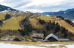 Bella vista della montagna e del villaggio verde nell'inverno senza neve Immagini Stock Libere da Diritti