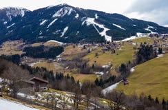 Bella vista della montagna e del villaggio verde nell'inverno senza neve Fotografia Stock
