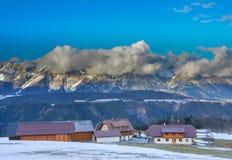 Bella vista della montagna e del villaggio verde nell'inverno senza neve Immagine Stock