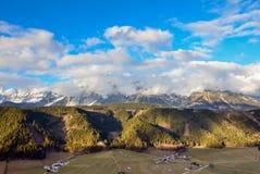 Bella vista della montagna e del villaggio verde nell'inverno senza neve Fotografie Stock Libere da Diritti