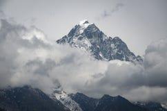 Bella vista della montagna vicino a Lukla dal viaggio a Everset nel Nepal l'himalaya fotografia stock libera da diritti