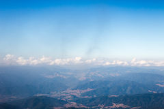 Bella vista della nuvola e del cielo blu dall'alta montagna Tailandia Fotografia Stock