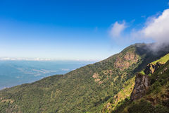 Bella vista della nuvola e del cielo blu dall'alta montagna Tailandia Fotografie Stock Libere da Diritti