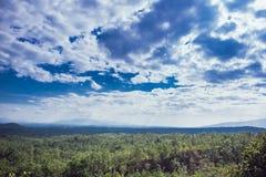 Bella vista della nuvola e del cielo blu dall'alta montagna Tailandia Fotografia Stock Libera da Diritti