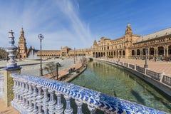 Bella vista della plaza de España con il suo canale ed il suo ponte blu del mosaico fotografie stock libere da diritti