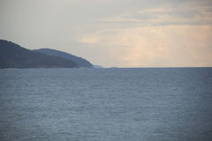 Bella vista della spiaggia di Caraguatatuba, costa del nord dello stato Fotografie Stock