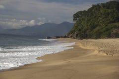 Bella vista della spiaggia di Caraguatatuba, costa del nord dello stato Immagine Stock