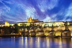 Bella vista della st Vitus Cathedral, Charles Bridge e Mala Strana sulle banche della Moldava a Praga, repubblica Ceca Fotografie Stock Libere da Diritti