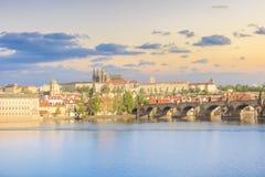 Bella vista della st Vitus Cathedral, Charles Bridge e Mala Strana sulle banche della Moldava a Praga, repubblica Ceca Fotografia Stock Libera da Diritti