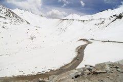 Bella vista della strada del passaggio-Leh della La di Khardung sull'alta montagna Fotografie Stock