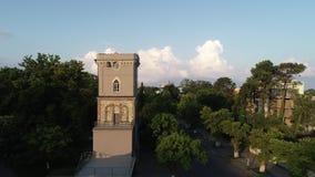 Bella vista della torre di orologio di Niko Nikoladze in Poti, Georgia video d archivio
