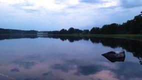 Bella vista della traccia di un jet riflesso sulla superficie dell'acqua e poi visibile nel cielo video d archivio