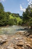 Bella vista della valle del ` di Khasaut del ` del fiume, valle dei narzans, Repubblica cabardino-balcavia, la Federazione Russa  fotografia stock
