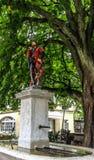 Bella vista della via della città della statua medievale variopinta del messaggero sopra la fontana elaborata a Berna, Svizzera Fotografie Stock