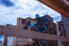 Bella vista della via della città di Oslo con costruzione e nuvoloso blu Immagini Stock Libere da Diritti