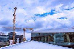 Bella vista della via di Oslo con il teatro dell'opera, la costruzione e blu Fotografie Stock Libere da Diritti