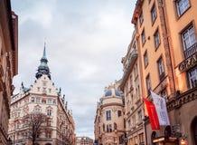 Bella vista della via di vecchie costruzioni tradizionali a Praga, CZ Fotografia Stock
