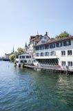 Bella vista della via di vecchie costruzioni tradizionali a Zurigo Fotografie Stock Libere da Diritti