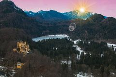 Bella vista delle alpi bavaresi all'alba nell'inverno Fotografia Stock