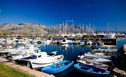 Bella vista delle barche e degli yacht ancorati Fotografie Stock