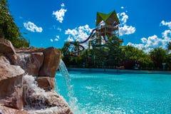 Bella vista delle cadute dell'acqua, dello stagno e della torre di Aquatica nell'area internazionale dell'azionamento fotografia stock