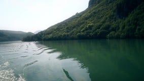 Bella vista delle colline e del fiume dalla barca stock footage