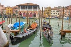 Bella vista delle gondole tradizionali sul canale grande a Venezia Venezia, Italia fotografia stock libera da diritti