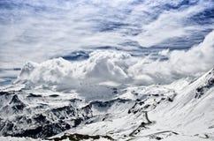 Bella vista delle montagne delle alpi Picchi di Snowy in nuvole Parco nazionale Hohe Tauern, Austria Fotografia Stock