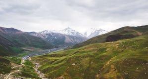 Bella vista delle montagne di Caucaso immagini stock libere da diritti