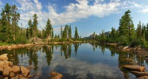 Bella vista delle montagne di Sayan fotografie stock libere da diritti