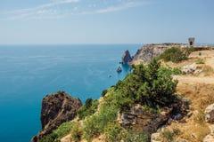 Bella vista delle montagne e della costa rocciosa del Mar Nero azzurrato Fotografia Stock Libera da Diritti