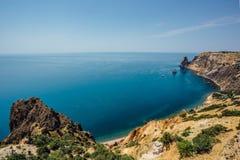 Bella vista delle montagne e della costa rocciosa del Mar Nero azzurrato, capo Fiolent, Crimea Immagini Stock Libere da Diritti