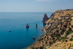 Bella vista delle montagne e della costa rocciosa del Mar Nero azzurrato, capo Fiolent, Crimea Immagini Stock
