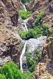 Bella vista delle montagne e di una cascata Fotografie Stock Libere da Diritti