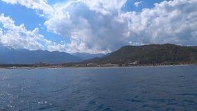Bella vista delle montagne, la linea costiera dal mar Mediterraneo in Turchia stock footage